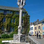 Devant l'église de Rochefort en Terre